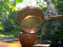 Вот оказывается почему монахи пьют по утрам горячую воду… Узнав причину, вы будете делать также